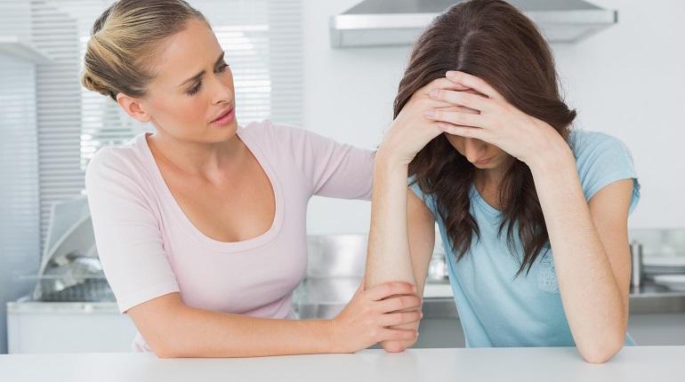 Поддержка женщины в печали