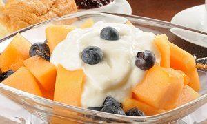 Дыня с черникой и йогуртом