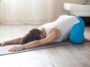 Беременная выполняет упражнение поза ребенка