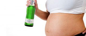 Беременная женщина с безалкогольным пивом